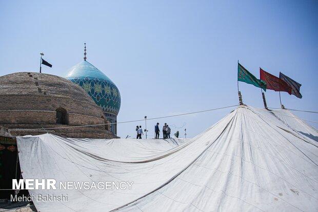 برافراشتن خیمه عزاداری محرم در صحن امامزاده موسی مبرقع قم