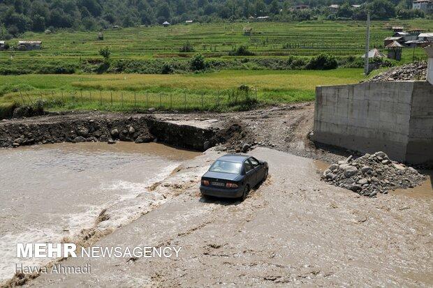 عبور ماشینها از بستر رودخانه جهت تردد به روستای درزیکلا