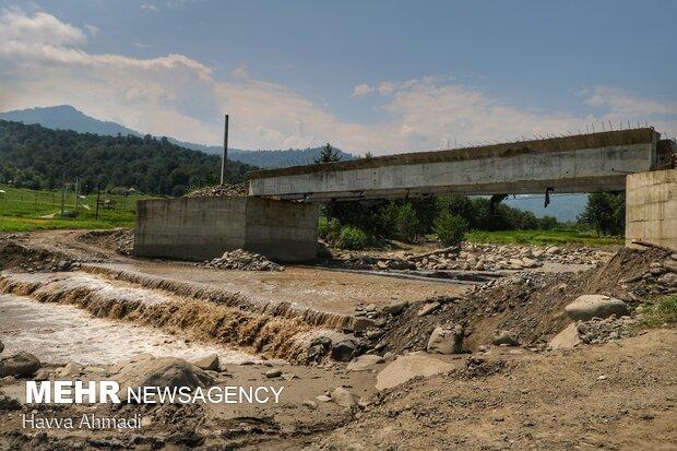 پل اصلی و ارتباطی روستاهای کالیکلا لفور که چند سال از شروع به ساخت آن میگذرد و همچنان نمیکاره می باشد.