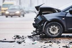 برخورد خودرو با دیواره ستون پل حادثه آفرید/ فوت عابر پیاده