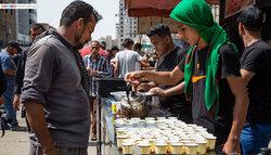 خدمت رسانی خادم عراقی به مشتاقان حسینی در موکب بابل