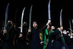 """قم میں مقیم نجفیوں نے """" تلوار کی مشق"""" کا ماتمی جلوس برآمد کیا"""