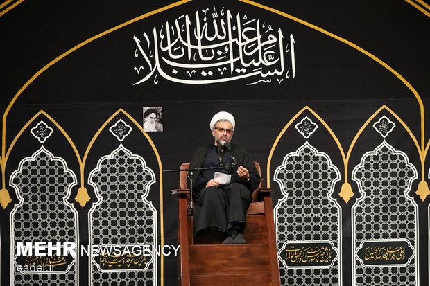 اقامة مراسم العزاء الحسيني ليلة التاسع من محرم بحضور قائد الثورة الاسلامية