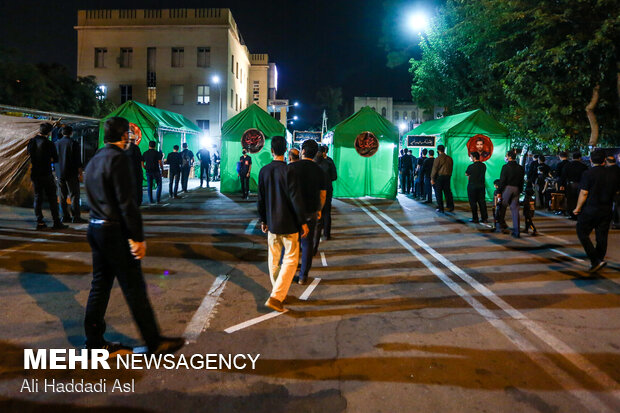 Tahran'da Aşura gecesi merasimi