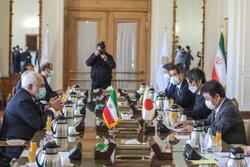وزير الخارجية الايراني يلتقي بنظيره الياباني