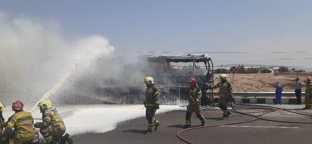 آتشگرفتن اتوبوس در آزادراه تهران-قم/ نجات یافتن ۲۰ مسافر