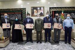 امیر موسوی به خانواده خلبانان شهید نشان فداکاری اهدا کرد