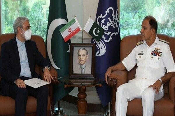 قائد البحرية الباكستانية يؤكد على ضرورة تعزيز العلاقات مع ايران