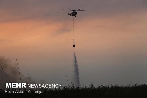 ادامه اطفای حریق نیزارهای تالاب انزلی با کمک نیروهای سپاه