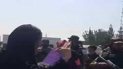 """عناصر """"طالبان"""" يفرقون مظاهرة نسائية في العاصمة الأفغانية كابل"""