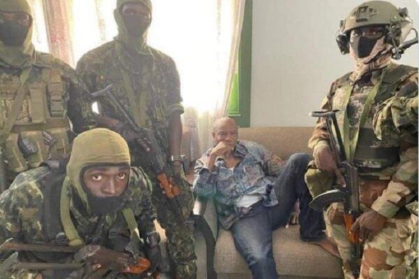 Gine'de Cumhurbaşkanı Conde, askerler eşliğinde gözaltına alındı