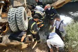 سقوط بیل مکانیکی به داخل رودخانه «شادچای»