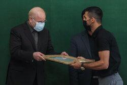 İran Meclisi Başkanı Tokyo'da madalya kazanan sporcularla görüştü