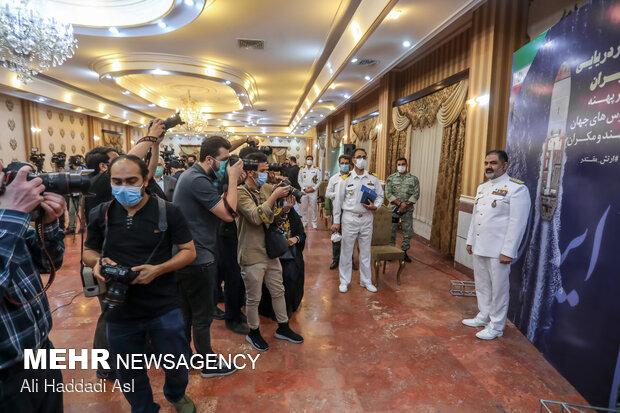 عکاسان خبری در حال عکاسی از امیر دریادار شهرام ایرانی فرمانده نیروی دریایی ارتش