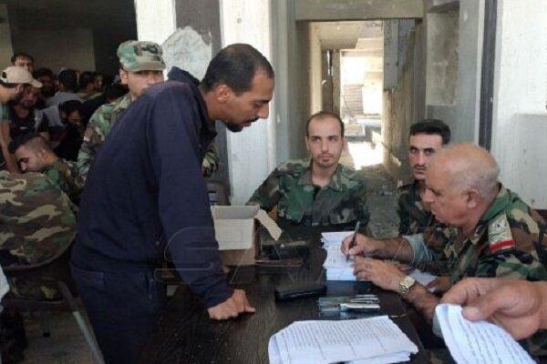 عشرات المسلحين يستمرون بتسليم أسلحتم للجيش السوري في درعا
