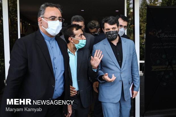 حجت اله عبدالملکی وزیر تعاون، کار و رفاه اجتماعی در حال خروج از سالن تلاش در پایان مراسم تقدیر از تعاونی های برتر ملی