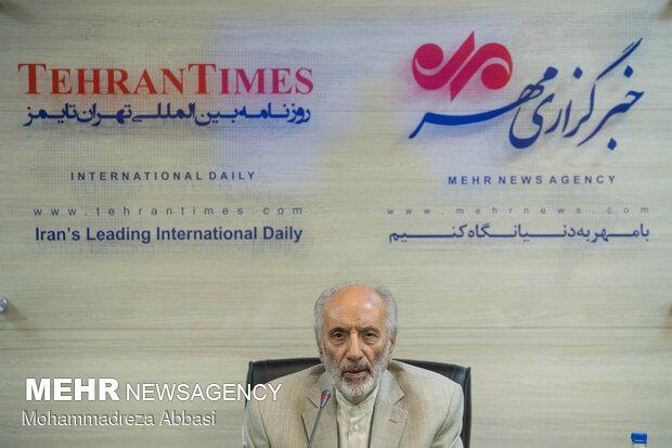 ابوالفضل توکلی بینا از مبارزان انقلاب اسلامی ایران  در مراسم رونمایی از کتاب عراقی را بکش