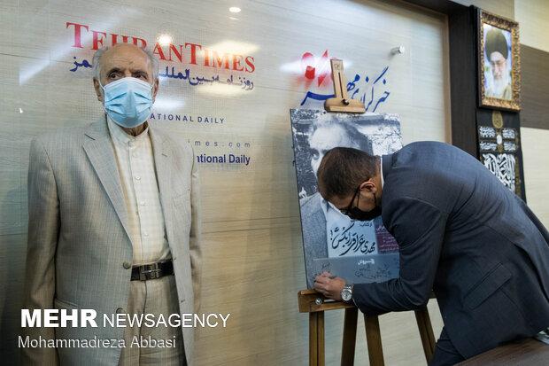 سید مصطفی حسینی، در حال امضای یاد بود شهید عراقی