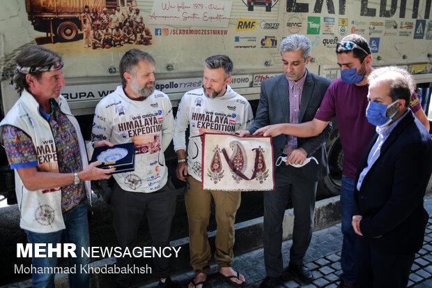 اهدای لوح تقدیر به کوهنوردان لهستانی