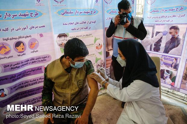تزریق واکسن به یک بسیجی در آئین افتتاح نمایشگاه و دستاوردهای بسیج ادارات و وزارتخانه ها در غالب رزمایش مقابله با کرونا و کمک های مومنانه