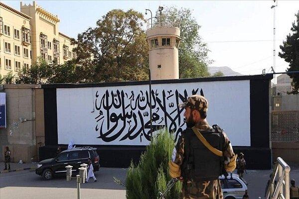 ترسیم پرچم طالبان روی دیوار سفارت آمریکا در کابل
