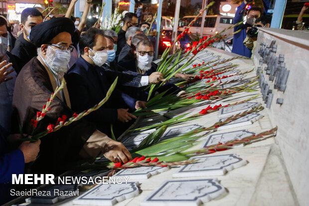 نثار گل توسط مردم به یادمان شهدای قیام  ۱۷  شهریور