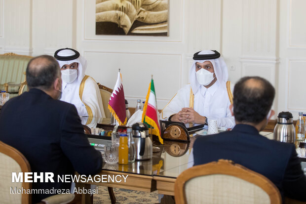 محمد بن عبدالرحمن آل ثانی وزیر امور خارجه قطر در حال گفتگو با  حسین امیر عبداللهیان وزیر امور خارجه ایران