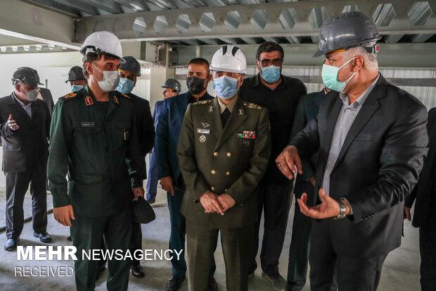 امیر سرتیپ محمد رضا آشتیانی وزیر دفاع و پشتیبانی نیروهای مسلح در حال بازدید از  مراحل ساخت نهایی کارخانه تولید انبوه واکسن فخرا