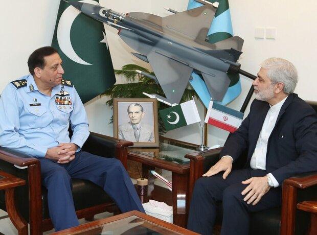 قائد القوات الجوية الباكستانية يؤكد على ضرورة تعميق التعاون مع إيران
