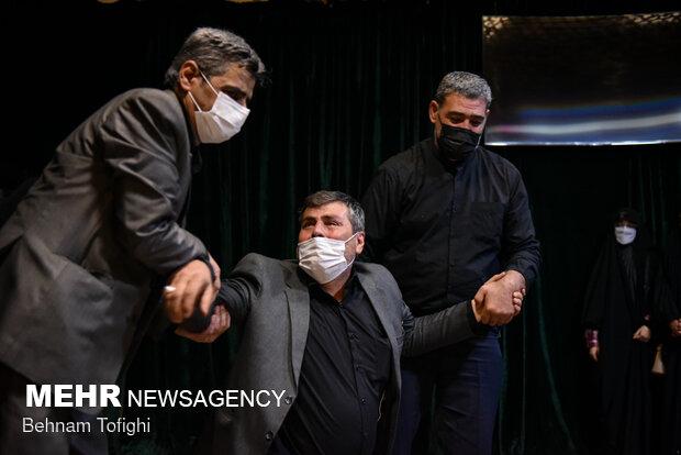 پدر شهید محمد اینانلو در مراسم وداع با پیکر فرزندش شیهد مدافع حرم محمد اینانلو