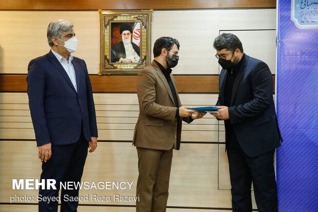 حجت الله عبدالملکی وزیر تعاون، کار و رفاه اجتماعی در حال اعطای حکم مدیر عامل جدید تامین اجتماعی