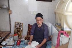 ترازوی قدیمی حاج صالح انصاف وزن میکند
