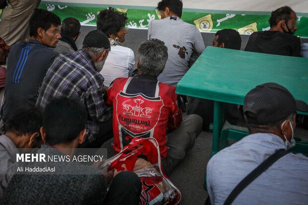 نیروی انتظامی بعد از جمع آوری معتادین متجاهر آنها را به گرم خانه منتقل می کند