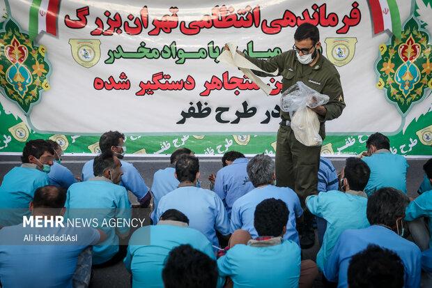 نیروی انتظامی در حال پخش صبحانه به معتادین