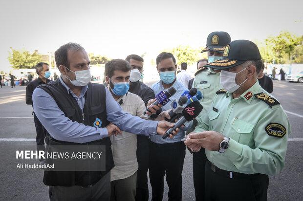 سردار رحیمی فرمانده نیروی انتظامی تهران بزرگ در حال توضیح مواد مخدر جدید