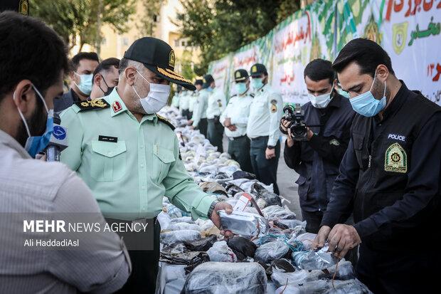 سردار رحیمی فرمانده نیروی انتظامی تهران بزرگ در حال بررسی مواد مخدر کشف شده