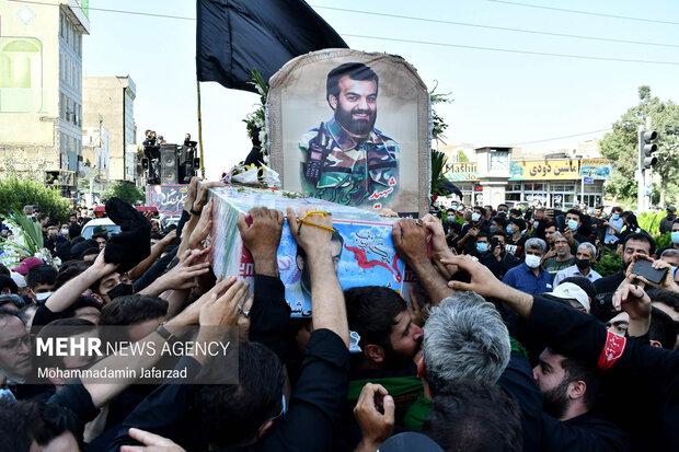 تبرک جستن مردم از تابوت  پیکر شهید مدافع حرم «مرتضی کریمی»