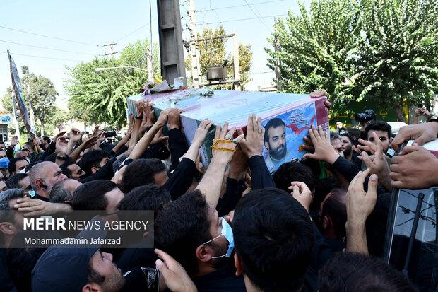 به روی دست گرفتن تابوت پیکر شهید مدافع حرم «مرتضی کریمی»