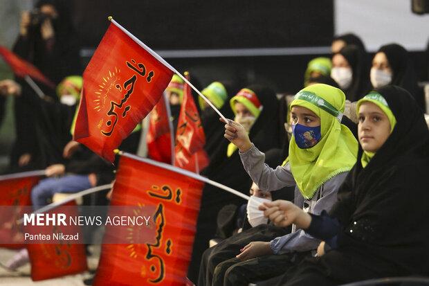 کودکان سه ساله که به یاد سه ساله کربلا، حضرت رقیه (ع) در حرم امام (ره) پرچم هایی با نام سیدالشهدا در دست دارند