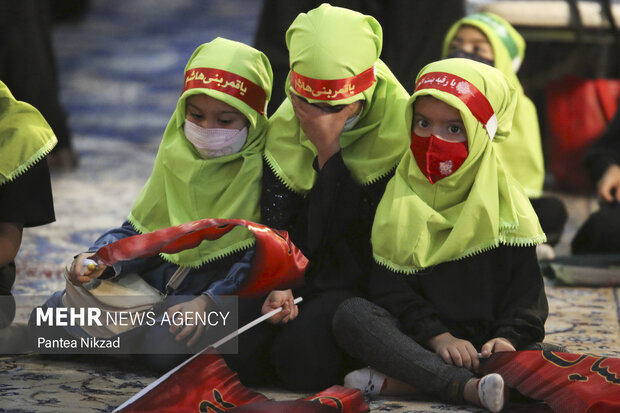 کودکان سه ساله که به یاد سه ساله کربلا، حضرت رقیه (ع) در حرم امام (ره) حضور دارند