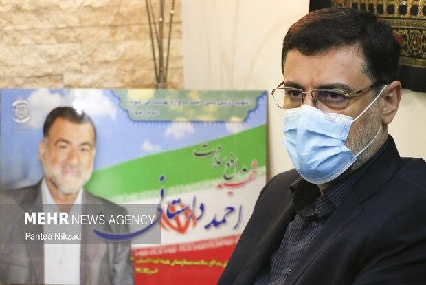 سید امیر حسین قاضی زاده هاشمی در خانه  شهید مدافع سلامت احمد داستانی حضور پیدا کرد