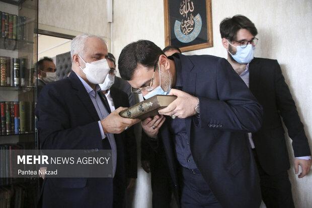 سید امیر حسین قاضی زاده هاشمی رئیس جدید بنیاد شهید و امور ایثارگران در حال بوسیدن قرآن قبل از  ورود به محل کار خود در بنیاد است