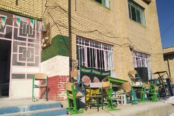 نیمکت های خاک گرفته در مدارس شهر سی سخت