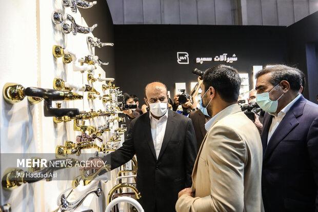یکی از غرفه داران نمایشگاه در حال توضیح به رستم قاسمی وزیر راه و شهر سازی در نمایشگاه صنعت ساختمان در محل دائمی نمایشگاههای بین المللی تهران است