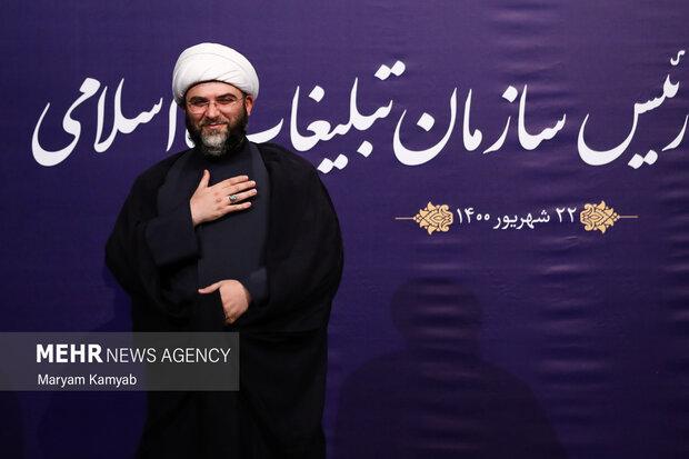 حجت الاسلام محمد قمی رئیس سازمان تبلیغات اسلامی در پایان نشست خبری در مقابل دوربین عکاسان جهت گرفتن عکس یادگاری قرار گرفت