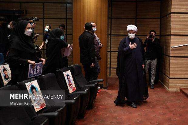 حجت الاسلام محمد قمی رئیس سازمان تبلیغات اسلامی در حال ورود به نشست خبری در تالار سوره حوزه هنری است
