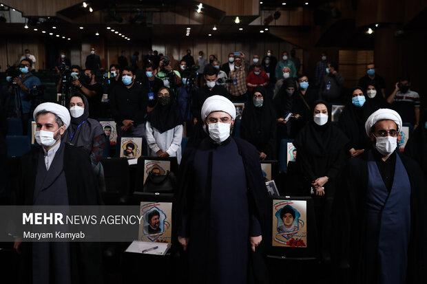 حجت الاسلام محمد قمی رئیس سازمان تبلیغات اسلامی در حال ادای احترام به پخش سرود جمهوری اسلامی است