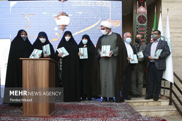 در مراسم  گرامیداشت زنده یاد دکتر طوبی کرمانی از کتاب طوبی درختی از بهشت رونمایی شد.