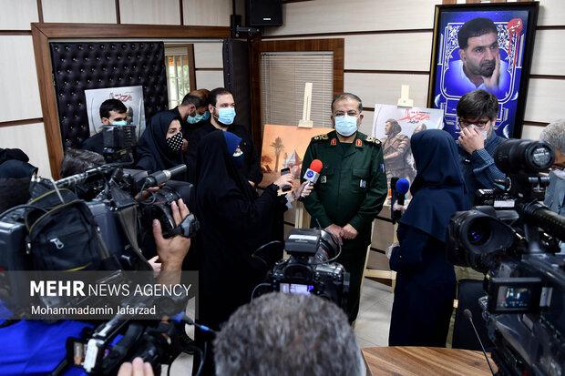 غلامرضا سلیمانی رییس سازمان بسیج مستضعفین با خبرنگاران حاضر در در مراسم رونمایی از بازی مختار فصل قیام گفتگو میکند
