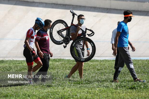پس از مصدومیت یکی از شرکت کنندگان و خارج شدنش از مسابقه دوچرخه وی توسط همراهش در حال حمل است.